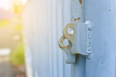 Die Eisentür ist nicht verschlossen lizenzfreies stockbild