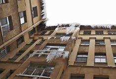 Die Eiszapfen, die unten von einem Dach hängen Stockbilder