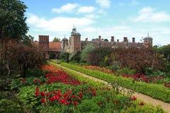 Die eleborate Gärten an Blicklings-Halle stockbild