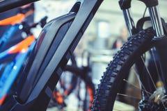 Die elektrische Fahrradbatterie wird am Rahmen, grüne Technologien sich kümmern um der Umwelt angebracht lizenzfreie stockfotos