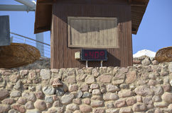 Die elektronische Anzeige auf dem Strand zeigt die Temperatur der Luft Stockfotografie