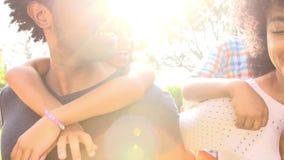 Die Eltern, die Kinder geben, tragen Fahrt im Garten huckepack stock video footage