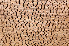 Die Enden des verarbeiteten Bauholzes gestapelt auf dem Freilicht Stockfotos