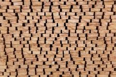 Die Enden des verarbeiteten Bauholzes gestapelt auf dem Freilicht Stockfotografie