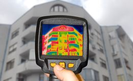 Die Entdeckung des Wärmeverlust außerhalb des Gebäudes unter Verwendung des Thermal kam stockfotos