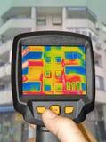 Die Entdeckung des Wärmeverlust außerhalb des Gebäudes unter Verwendung des Thermal kam lizenzfreie stockbilder