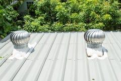 Die Entlüftungshaube auf dem Dach lizenzfreies stockbild