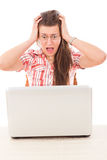 Die entsetzte zufällige Frau, die Laptop mit den breiten Augen betrachtet, öffnen sich Stockfotos