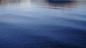 Die Entspannung bewegt entlang Gebirgssee wellenartig stock footage