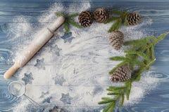 Die Entwürfe von Weihnachten spielt auf dem zerstreuten Mehl die Hauptrolle Helles b Stockfotografie