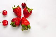 Die Erdbeere auf weißem Hintergrund Stockbild