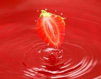 Die Erdbeere fällt in eigenen Saft Lizenzfreie Stockfotos