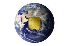 Die Erde mit elektronischem Chip Stockfotos