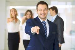 Die erfolgreichen jungen Geschäftsleute, die Daumen zeigen, up Zeichen bei der Stellung im interier Büro stockfotografie