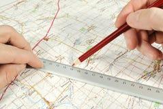 Die Ermittlung selbstverständlich auf der touristischen Karte Stockfoto