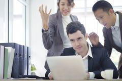 Die ernste kreative Mitarbeiterteamunterhaltung, die vom Problem frustriert ist, arbeitend sich beraten und besprechen neues Plan lizenzfreie stockfotografie