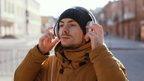 Die ernsten Mannabnutzungskopfhörer im Freien, schlossen ursprüngliches Audio ein stock video