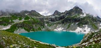 Die erstaunliche Schönheit des Gebirgssees Kluger lizenzfreie stockfotografie