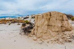 Die erstaunlichen surrealen weißen Sande des New Mexiko mit großem Felsen Lizenzfreies Stockfoto