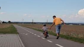 Die erste Fahrradfahrt stock video footage