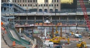Die ersten zwei Stahllichtstrahlen für den Freiheits-Kontrollturm stiegen am Bodennullpunkt in New York City Stockbild