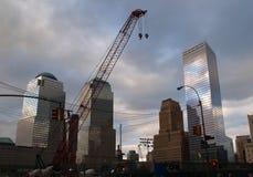 Die ersten zwei Stahllichtstrahlen für den Freiheits-Kontrollturm stiegen am Bodennullpunkt in New York City Stockfotografie