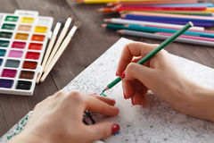 Die erwachsene Frau, die Druck entlastet, indem sie Malbuch für malt, entspannen sich Lizenzfreies Stockfoto