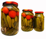 Die in Essig eingelegten Tomaten und die Gurken in einem Glasgefäß Stockfotografie