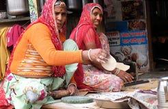 Die ethnische Frau, die den Kuchen zum Tortenchapati vorbereitet Pushkar, Indien lizenzfreie stockfotografie