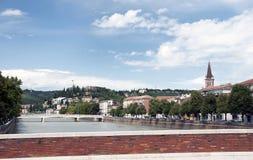 Die Etsch-Fluss und Brücke Ponte Nuovo Lizenzfreie Stockfotografie