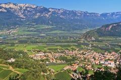 Die Etsch-Tal - Ora-Dorf lizenzfreie stockbilder