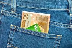 Die Euro Banknote 50 und Kreditkarte Visum in den hinteren Jeans stecken ein Lizenzfreie Stockfotos