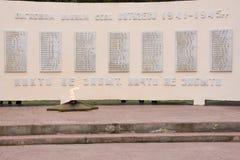 Die ewige Flamme und die Listen der toten Kriegersnahaufnahme, auf einem Monument zu Ehren des f Lizenzfreie Stockbilder