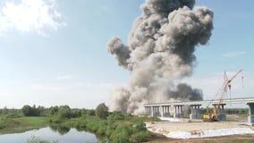 Die Explosion der alten Brücke Demolierung der alten Gebäude Demolierung der Brücke stock video footage
