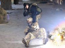 Die Explosion nahe den Soldaten lizenzfreie stockfotos