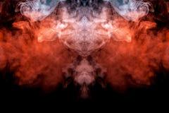 Die Explosion von brennenden Wolken des orange Rauches auf einem schwarzen Hintergrundjet des Zerstreuens des Dampfs von den vape lizenzfreie stockbilder