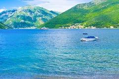 Die Fähre in Kotor-Bucht Stockfotografie