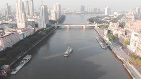 Die Fähre transportiert Leute über dem Fluss stock video