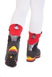 Die Füße beschuht in den speziellen touristischen Schuhen für kletternde Berge Lizenzfreies Stockfoto