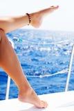 Die Füße der Frauen auf der Yacht Stockfotos