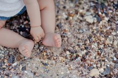 Die Füße der Kinder im Sand Stockfoto