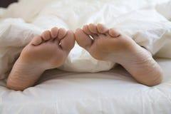 Die Füße der schlafenden Frau lizenzfreie stockfotografie