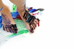 Die Füße des gemaltes Kindes auf Papier Stockbilder