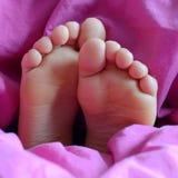 Die Füße des Kindes Stockbild