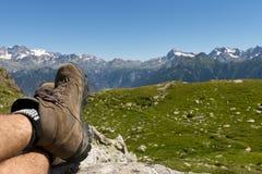 Die Füße des Mannes, die nachdem dem Wandern sich entspannen Lizenzfreie Stockfotografie