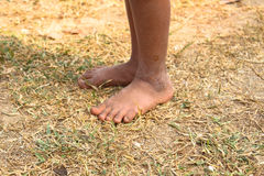 Die Füße des schmutziges und bloßes Kindes Lizenzfreies Stockfoto