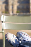 Die Füße junge Leute, die entspannendes selbst i ist Lizenzfreie Stockfotografie