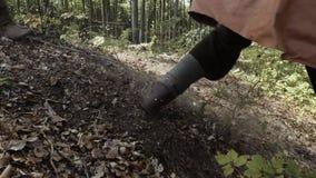 Die Füße von Wikingern, die entlang die Steigung laufen stock video footage
