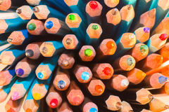 Die Führungen vieler hellen farbigen Bleistifte Lizenzfreie Stockfotos