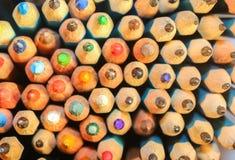 Die Führungen vieler hellen farbigen Bleistifte Lizenzfreie Stockfotografie